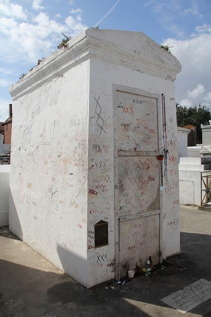 tomb-333659_640